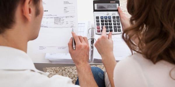 family saving money on Christmas expenses